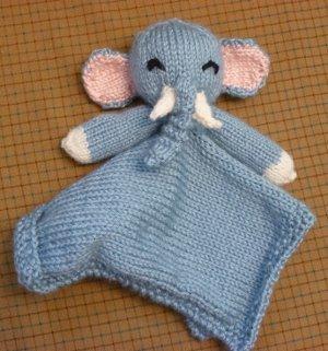 Free pattern - Elephant Snuggle - Dendennis | Crochet | Knit | Craft | 321x300