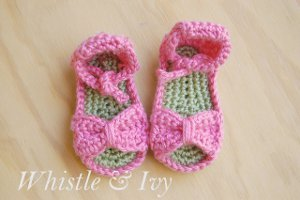 Get your baby girl ready for summer with these Crochet Baby Sandals. A cute  little crocheted bow gives this free pattern the perfect