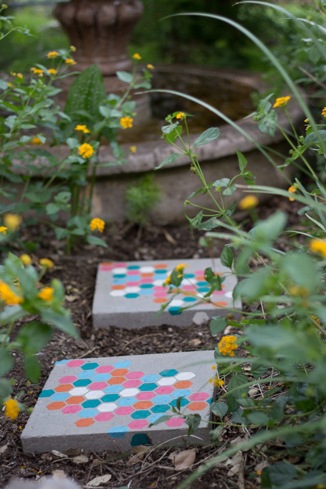10 Landscaping Ideas For Using Stepping Stones In Your Garden: Stepping Stones DIY Yard Projects