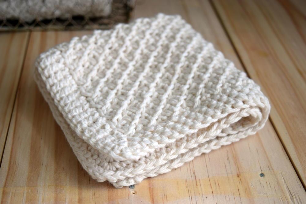 Knitting Dishcloth Pattern Free : Daisy stitch washcloth knitting pattern favecrafts