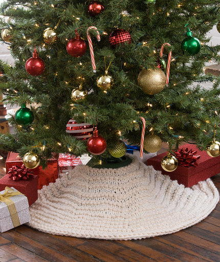 Christmas Tree Skirt Knitting Pattern : Winter Dreams Tree Skirt AllFreeKnitting.com