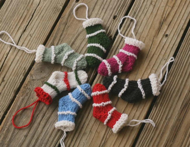 Easy Stocking Knitting Pattern : Mini Knit Christmas Stockings AllFreeKnitting.com