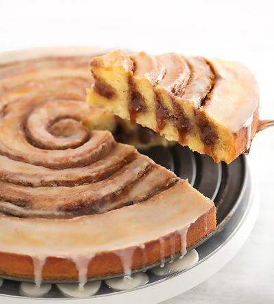 Easy Gooey Cinnamon Roll Cake | RecipeLion.com