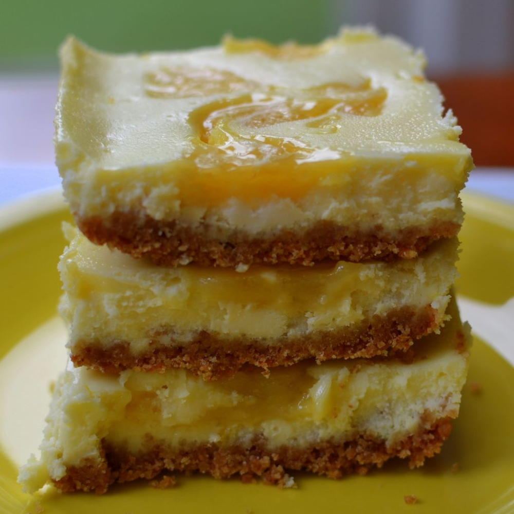 Lemon Cheesecake Bars | RecipeLion.com