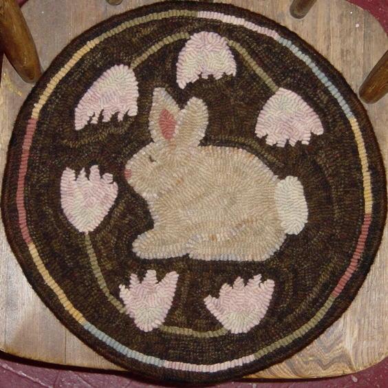 Clover Chair Pad   rughookingmagazine.com