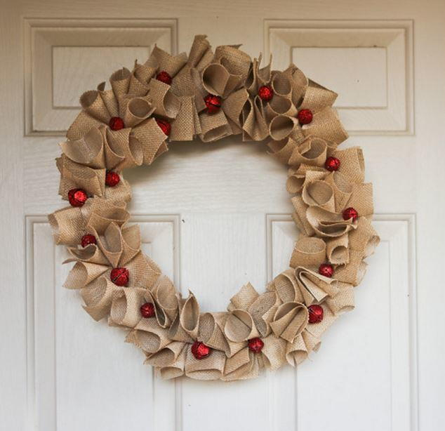 Diy christmas wreaths 9 charming burlap wreaths for Burlap wreath with lights