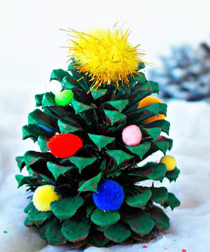 Easy Pinecone Christmas Craft