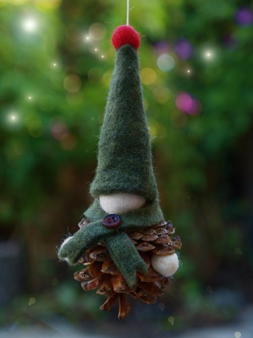felt and pine cone gnome diy ornament. Black Bedroom Furniture Sets. Home Design Ideas