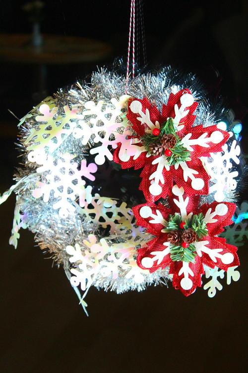 Tinsel garland wreath allfreeholidaycrafts