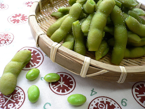 the health benefits and risks of eating edamame Eating soy may not help your heart, but it won't hurt your heart  its support of the  health claim that eating soy protein may help reduce the risk of heart disease   that questions whether there's any real benefit to heart health.