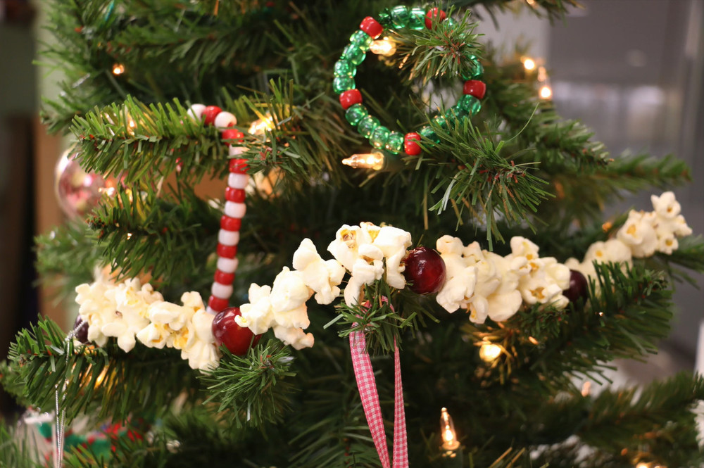 How to make a popcorn garland for Artificial cranberries decoration