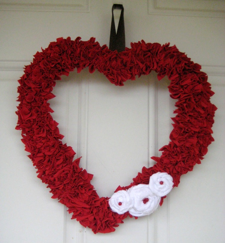 valentine wreath craft ideas upcycled t shirt wreath allfreeholidaycrafts 5661