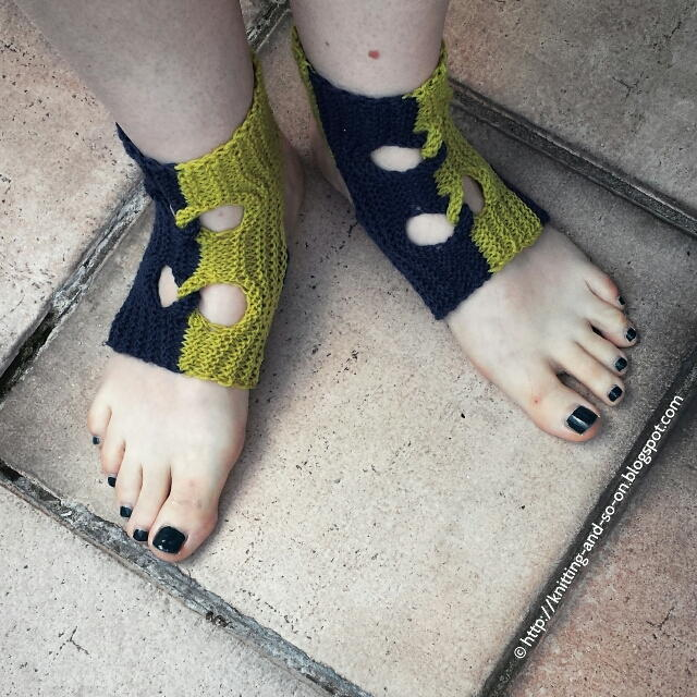 Easy Knitting Pattern For Yoga Socks : Garudasana Knit Yoga Socks AllFreeKnitting.com