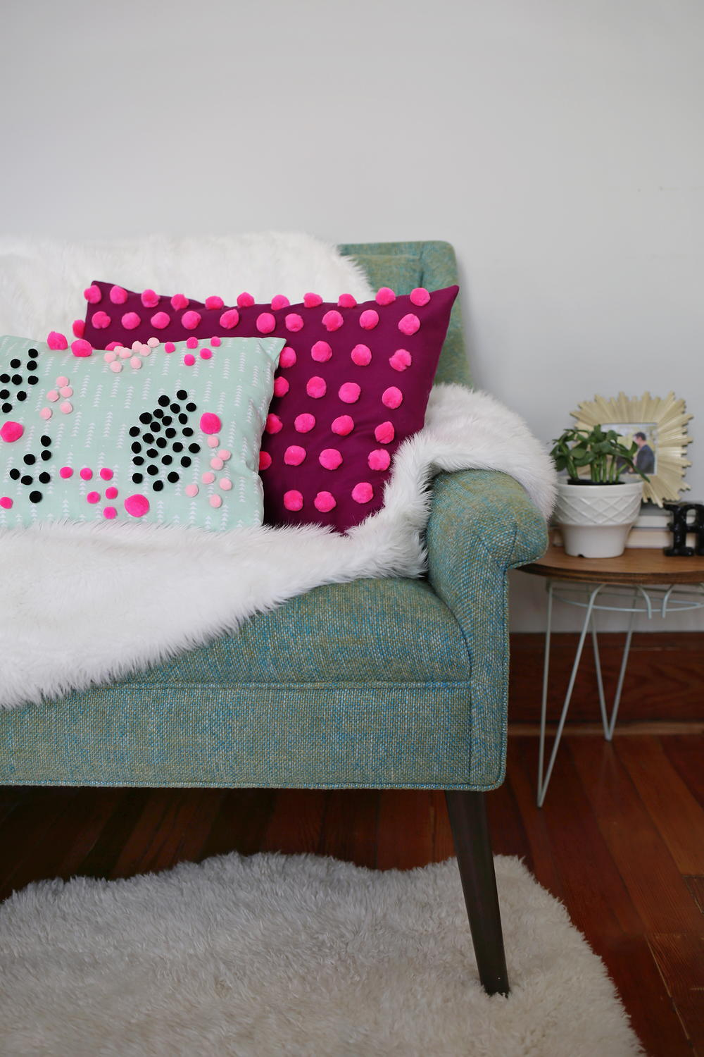 perfect pom pom diy pillow. Black Bedroom Furniture Sets. Home Design Ideas