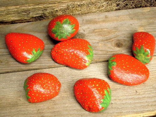 Painted strawberry rock crafts for Crafts made from rocks