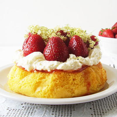 6-inch Sponge Cake with Strawberries