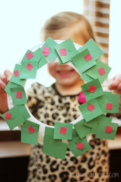 Simple and beautiful paper plate wreath for All free holiday crafts
